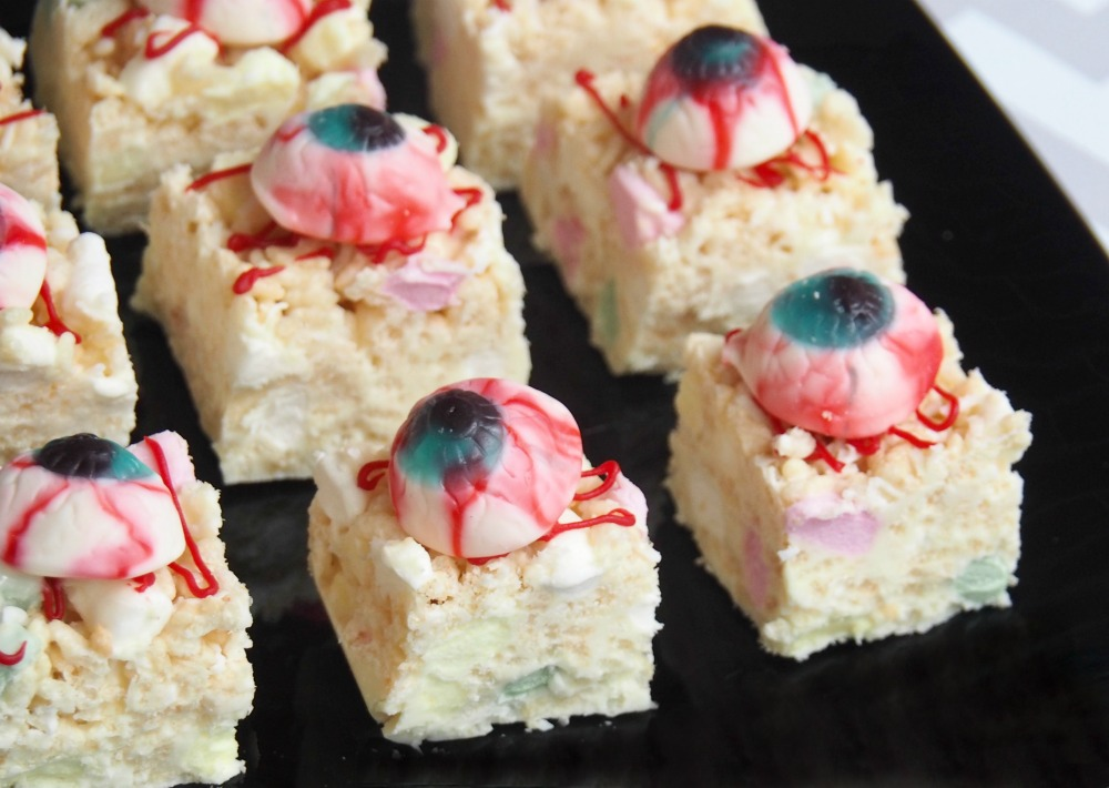no bake halloween slice with white chocolate and rice bubbles