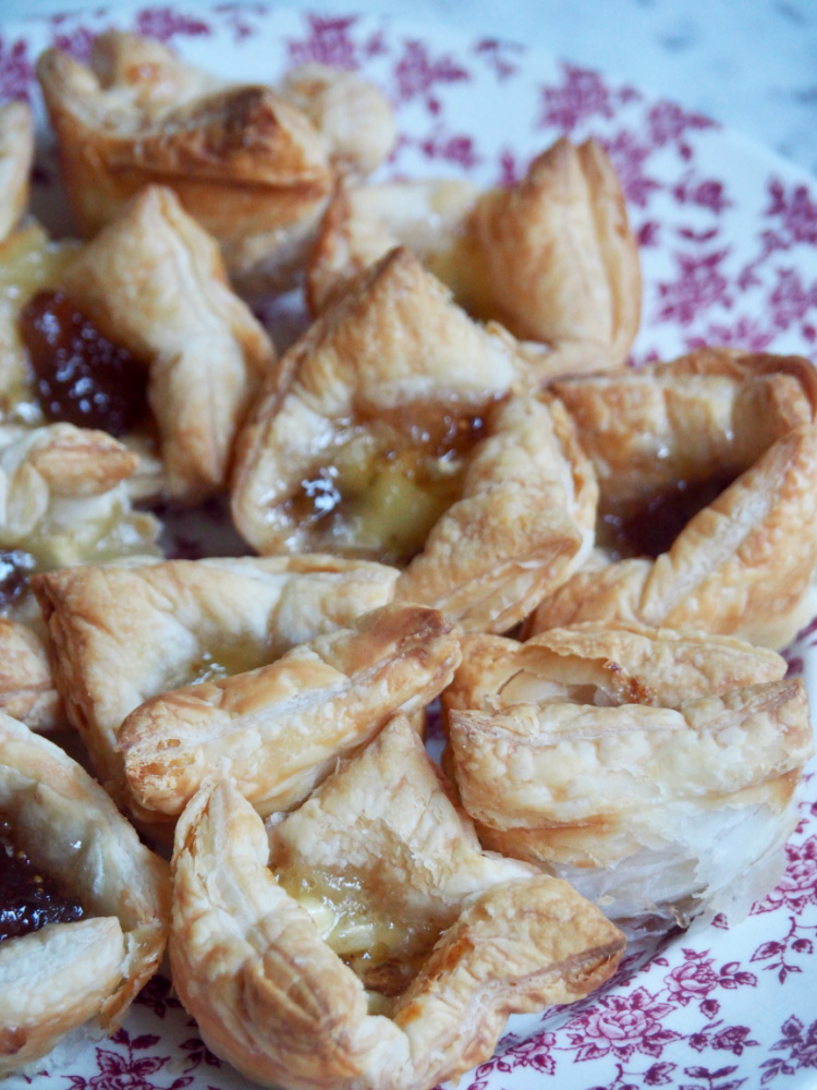 close up brie and fig jam bites